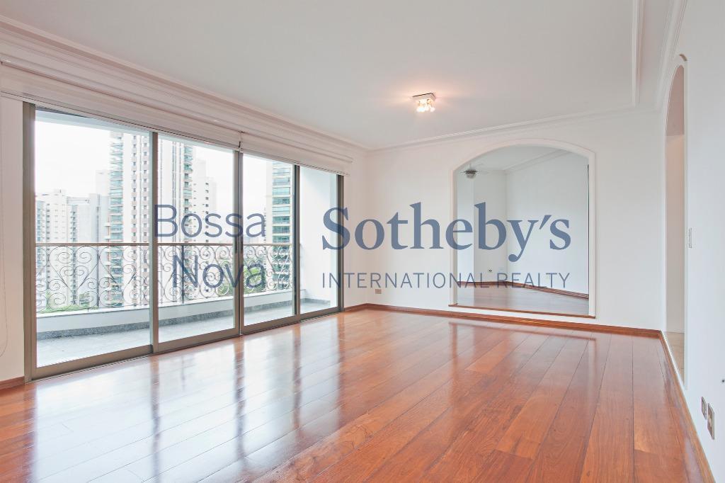 Apartamento amplo e muito iluminado, com localização privilegiada.
