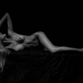 reclining nude by Reto Heiz - Nudes & Boudoir Artistic Nude ( studio, sexy, nude, black and white, classic nude, nudeart, lowkey )
