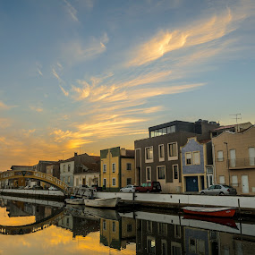 O inicio das cores by Carlos Costa - City,  Street & Park  Vistas ( water, clouds, reflection, houses, boats, canal, city, early morning, sky, aveiro, sunrise, bridge, begining, portugal, early, river,  )
