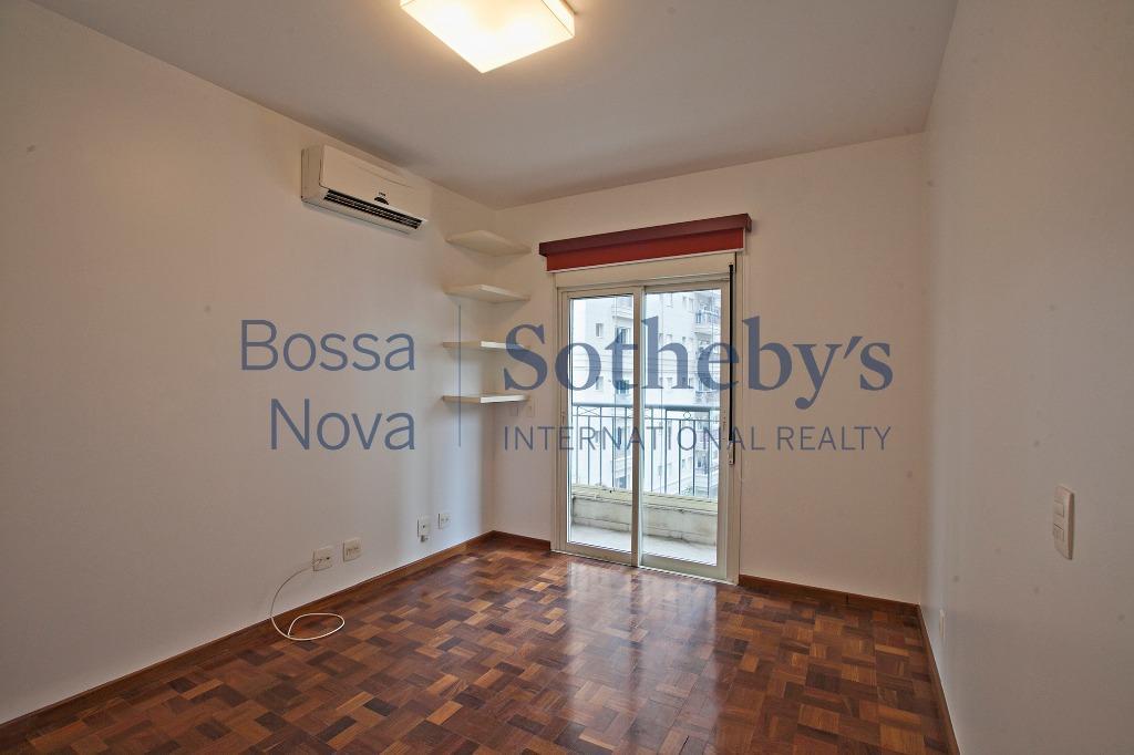 Apartamento com terraço gourmet, ao lado do parque do Ibirapuera, em rua com cancela.
