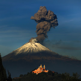 Big smoker by Cristobal Garciaferro Rubio - Landscapes Mountains & Hills ( volcano, snow, popcoatepetl, snowy volcano, smoking volcano, smoke )