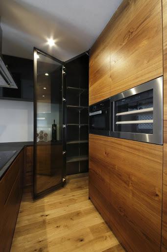 【2階キッチン】 大型カップボードとパントリー。 毎日の家事が楽しくなる。そんなキッチンをつくりました。