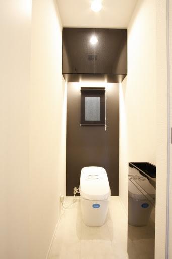 2階:タンクレスタイプのLIXILサティスGタイプ。 アクアセラミックを採用し水アカも付きにくい手入れのしやすい商品です。