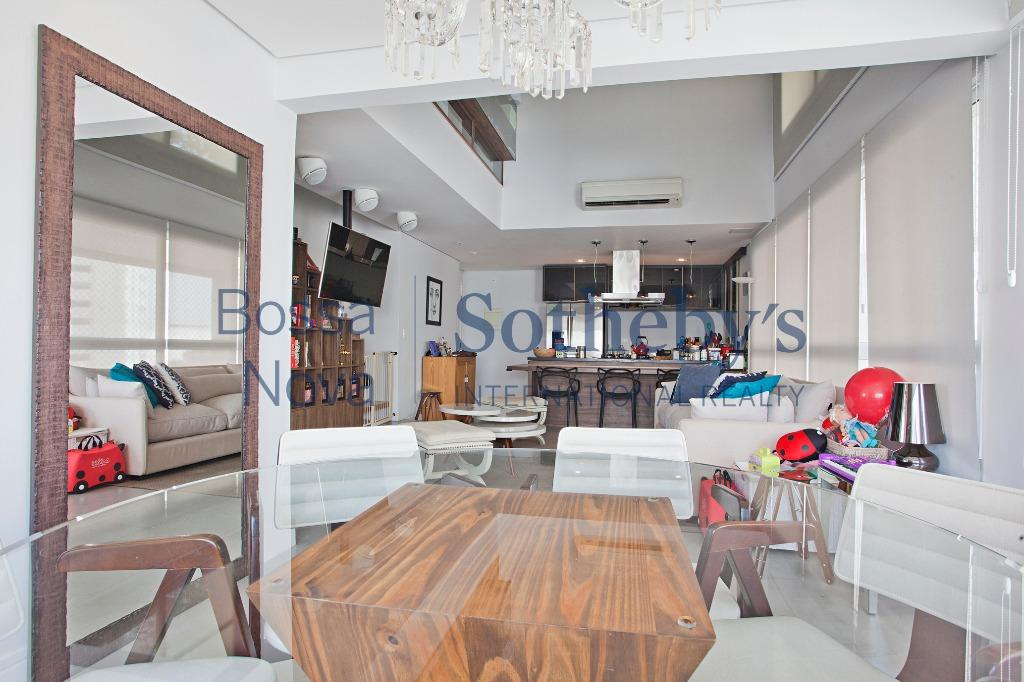 Charmoso  apartamento duplex com pé direito duplo