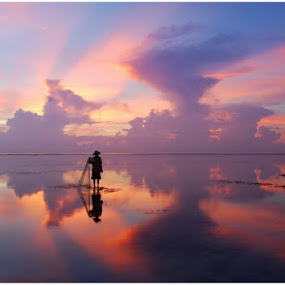Pose by Yande Ardana - Landscapes Sunsets & Sunrises ( bali, cloud, beach, sunrise, fisherman )