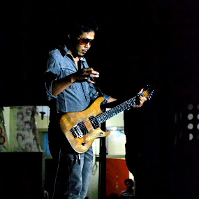 guitarist by Hery Muhendra - People Musicians & Entertainers ( rocker, dark, guitarist, guitar, babd )