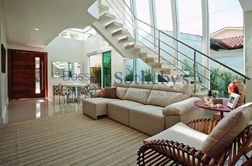 Casa moderna com lazer completo.