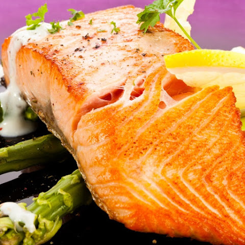 Broiled Salmon Fillet with Asparagus Sauce