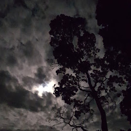 Dramatic sky att night by Therése Tennmalm - Instagram & Mobile Android ( #moon #night #sky #blackwhite )