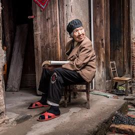 Good Read by Jim Harmer - People Street & Candids ( china )
