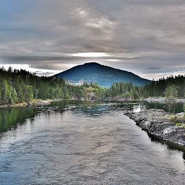 Kootenay River by Rod Tydeman - Landscapes Waterscapes