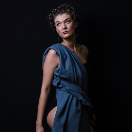 Kriszta by Klárik Loránd - People Fashion ( studio, studio light, fashion, girl, lady, grey )