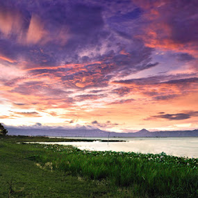 Suatu Senja di Simanindo by Hirza Kini - Landscapes Sunsets & Sunrises ( landscape sunsets lake )