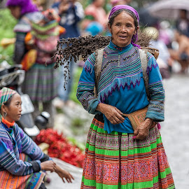 Flower Hmong Woman by Steve Badger - People Street & Candids ( ethnic, lao cai, markets, bac ha, vietnam, travel, hmong )
