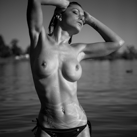 hot summer by Reto Heiz - Nudes & Boudoir Artistic Nude ( sexy, nude, topless, black and white, lake )