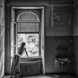 lost room by Reto Heiz - Nudes & Boudoir Artistic Nude ( nude, black and white, on location, nudephotography, nudeart, sensual )