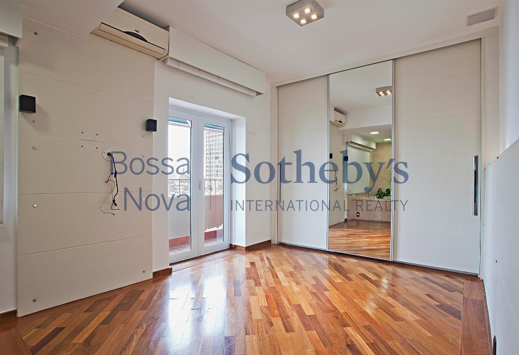 Apartamento reformado com varanda charmosa e vista
