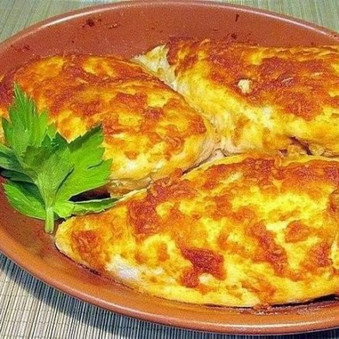 Tender Chicken Breast Baked With Tomato And Garlic Crust