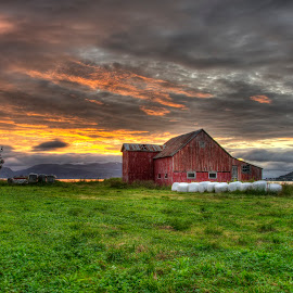Sunset over old barn by Marius Birkeland - Landscapes Sunsets & Sunrises ( clouds, old, barn, grass, sunset,  )
