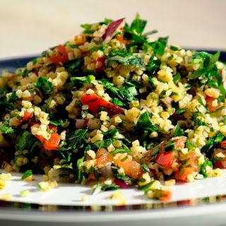 (Middle Eastern bulgur and parsley salad)