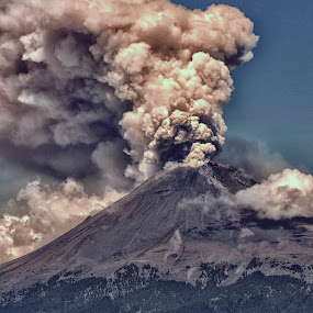 Eruption by Cristobal Garciaferro Rubio - Landscapes Mountains & Hills ( volcano, popo, mexico, popocatepetl, smoking volcano, eruption )