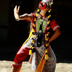 dancer from indonosia by Khairur Rijal Pauzi - People Musicians & Entertainers ( canon, musicians, club, entertainers, people, dancer )