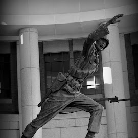 Soldier monument by Rhonda Kay - Buildings & Architecture Statues & Monuments