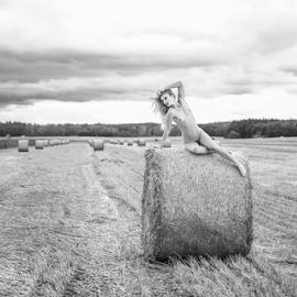 sitting nude on hay by Reto Heiz - Nudes & Boudoir Artistic Nude ( nude, outdoor, nudeart, haystack, landscape, female nude )