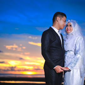 Haziq Love by Ismail Rali - Wedding Bride & Groom ( sunsets, weddings, outdoors, beach, bride and groom, bride, groom, people )