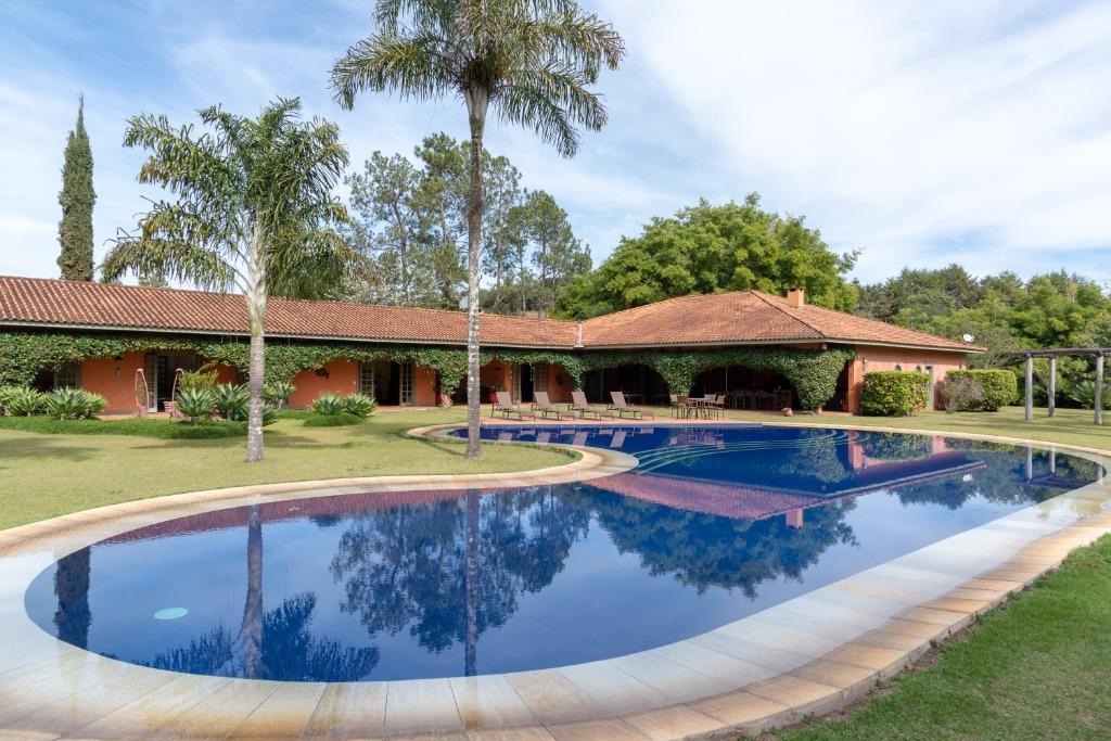 Sítio em Estância Climática de Cunha   Casa ampla, 6 suítes, piscina, churrasqueira, pomar, cachoeira e um lindo jardim nesta belíssima propriedade