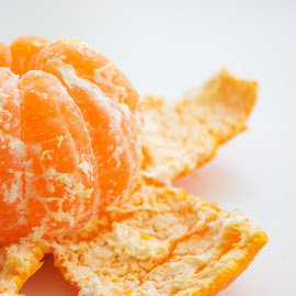 Ripe and juicy by Suzana Trifkovic - Food & Drink Fruits & Vegetables ( orange, fruit, food, tangerine, mandarin, white, ripe )