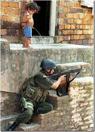 משתין על חייל