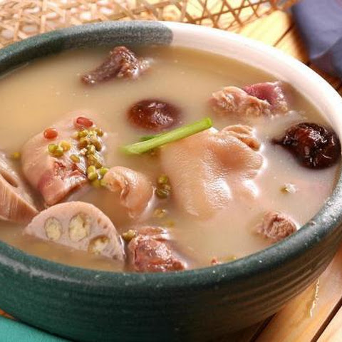 A Super Soup For Whitening And Detoxification – Lotus Root and Pig Feet Soup