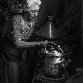 Cocinera Bereber by Ricardo Figueirido - Black & White Portraits & People