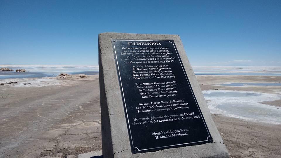 EN MEMORIA De las victimas del tragico accidenteque sego la vida de trece personas.Este monumento se erigio para suplicarpor la paz eterna de estas almas,y como silenciosos ruego por la ...