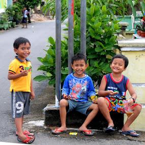 nongkrong bersama teman  by Daenk Andi - Babies & Children Children Candids ( bermain, warna, lelaki, potret, anak anak, senyum, ceria )