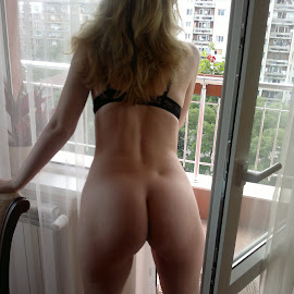 Поглед by Georgi Kolev - Nudes & Boudoir Artistic Nude ( ден., светлина., жена., сгради., дървета. )