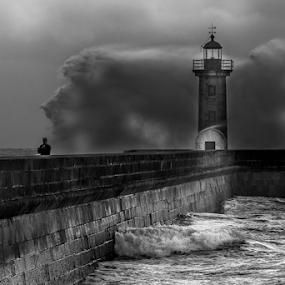 Don't look back by Tempo Cativo Paulo Borges - Black & White Landscapes ( farol, lighthouse, fotografia, foz do porto, storm, photo, andré borges, photography, don't look back, farol de felgueiras, tempestade: mar revolto, foz do douro, foto, tempo cativo )