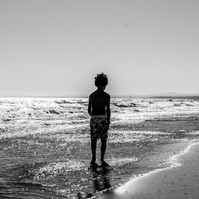 silhouette by Pedro Ribeiro - Black & White Portraits & People ( sand, black and white, silhouette, sea, beach )