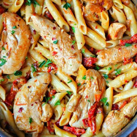 Chicken Mozzarella Pasta with Sun-Dried Tomatoes Recept | Yummly