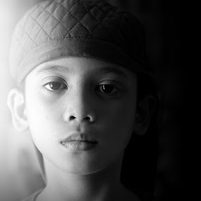 split by Yuliani Liputo - Babies & Children Child Portraits ( child, canon, face, side lighting, balck and white, children, somber face, front, southeast asia, people, with hat, kid )