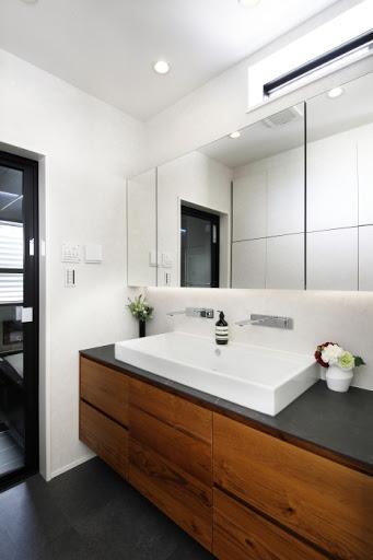 【2階洗面】 洗面所背面には収納スペースを造作