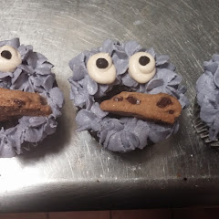 These are gluten free, vegan, organic cookie monster cupcakes.