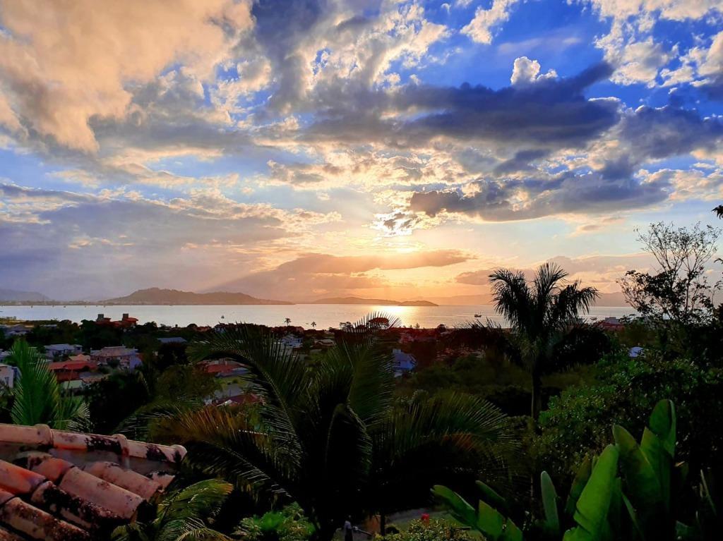 Casa à venda em Ponta das Canas, Florianópolis. Cercada pela natureza com vista privilegiada para o mar , 315 m², 2 dormitórios, 1 suíte e 4 vagas.