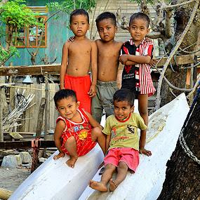 anak-anak yang hidup dan besar di pesisir pantai by Hendra Edi Saputra - Babies & Children Child Portraits