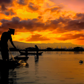 It's time to go home by Indrawan Ekomurtomo - People Professional People