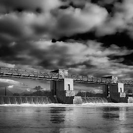 The lock chamber by Michal Fokt - Black & White Buildings & Architecture ( lock, river )