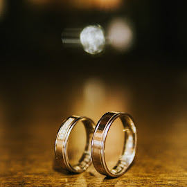 Wedding rings by Daniel Pasca - Wedding Details ( love, reflection, creative light, golden, love story, grain, wedding rings )