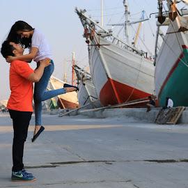 Lift Up by Raymond Maulany - People Couples ( love, in love, no edit, moment, harbour, berdua, couple, jakarta, sunda kelapa,  )