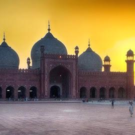 Badshahi Mosque by Abdul Rehman - Instagram & Mobile iPhone ( building, lahore, badshahi, masjid, architecture, historic, masque, sun, pakistan, king masque, sunset, badshahi masjid, mughal.king, mughal architecture beautiful )